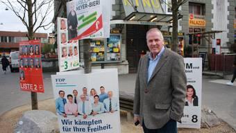 Vor dem Kulturhaus Palazzo am Bahnhof Liestal drängen sich die Plakate. Niggi Messerli hofft, dass ihm die Wahlsieger von morgen wohlgesinnt sein werden.