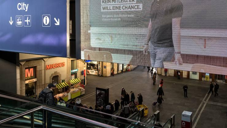 Die elektronische Werbetafel in der Passarelle des Bahnhof SBB Basel über den Rolltreppen. Sie wird durch eine zwölf Meter lange und zwei Meter hohe ersetzt.