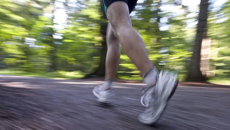 Joggen alleine im Wald: derzeit beliebt, und vor allem auch erlaubt.