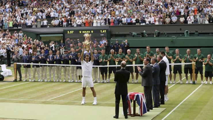 Roger Federer stemmt in seiner Lieblings-Arena, dem Center Court von Wimbledon, zum achten Mal den Sieger-Pokal in die Höhe.