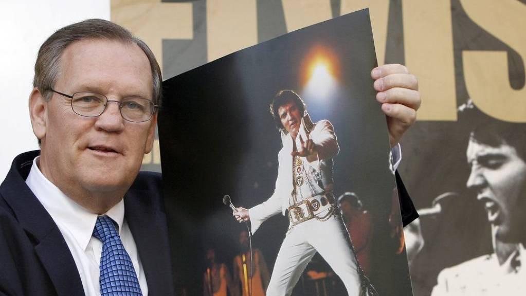 Der Elvis-Fotograf Ed Bonja posiert am 13. Aug. 2007 in Berlin mit einem Foto des «King of Rock ‹n› Roll» vor einem Ausstellungsplakat. Im September 2019 ist Bonja im Alter von 74 Jahren gestorben. (Archiv)