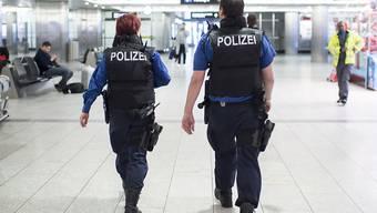 Polizisten auf Patrouille am Flughafen Zürich: Am Wochenende gingen der Kantonspolizei Zürich gleich zwei Kokainschmuggler ins Netz. (Symbolbild)