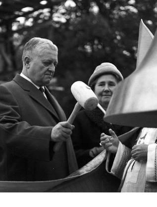 Als Stifter schlägt Hans Twerenbold die Klausglocke an.ZVG