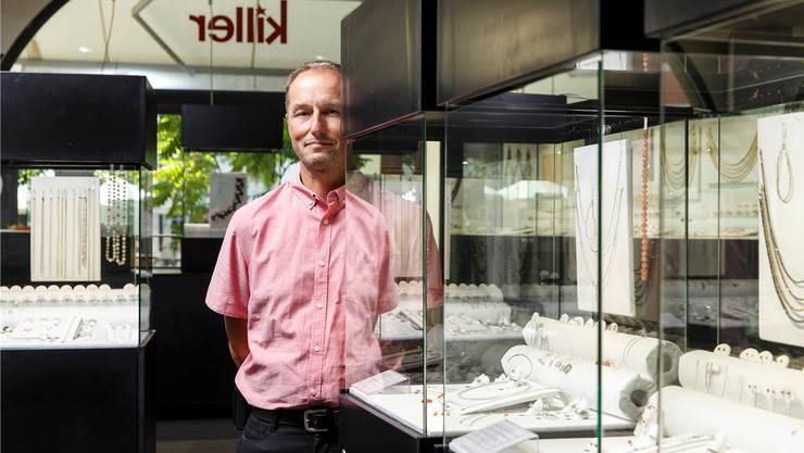 Alain Killer im Schmuckladen seiner Familie am Friedhofplatz in Solothurn. Er verkauft leidenschaftlich gerne hochwertigen Schmuck mit edlen Steinen.