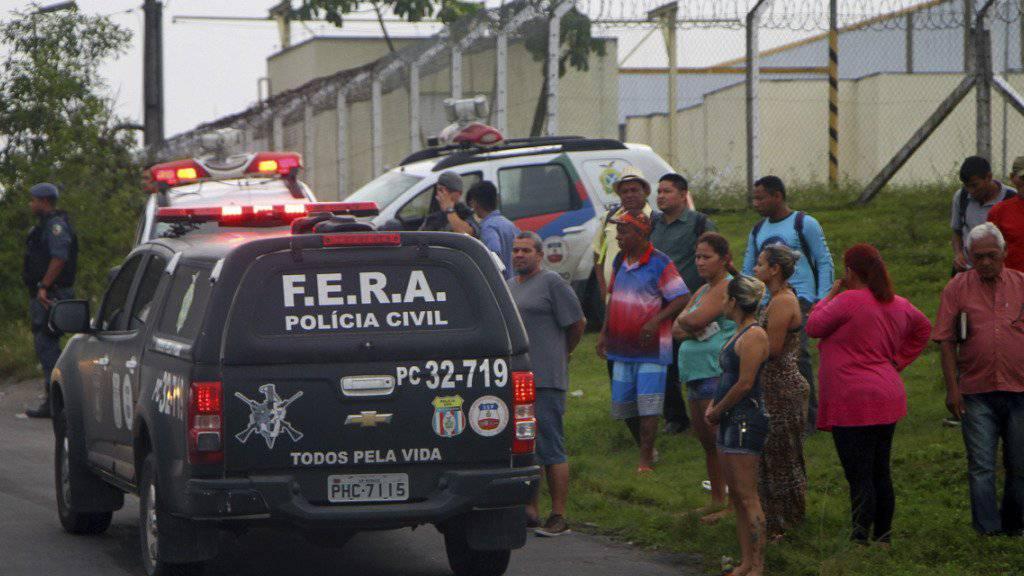 Angehörige versammeln sich vor dem Gefängnis, in dem es zu einem blutigen Aufstand kam. Nach Angaben der Behörden starben 56 Menschen, als zwei Drogenbanden aneinander gerieten.