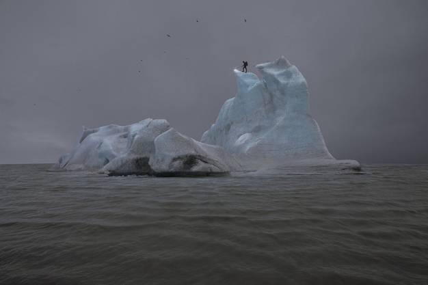 Der Künstler auf dem Eisberg: Mit einem Bunsenbrenner versucht Julian Charrière den Eisberg zu schmelzen. The Blue Fossil Entropic Stories I, 2013.