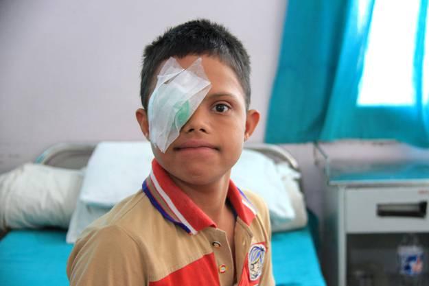 Der 13-jährige Navraj ist vom Grauen Star befreit worden.