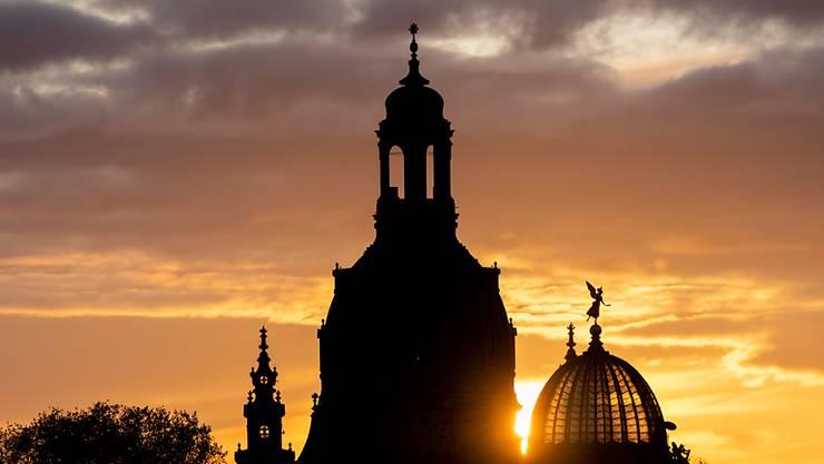 Auch die barocke Dresdner Frauenkirche überstand das britisch-amerikanische Bombeninferno vom Februar 1945 nicht - ein Tag nach der Bombennacht stürzte die Kuppel ein. Unterdessen ist sie wieder aufgebaut.