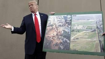 Vor knapp einem Jahr stellte Trump Prototypen für seine Mauer vor.