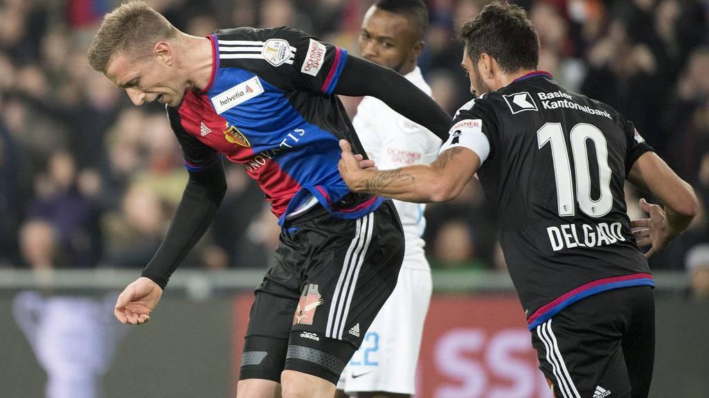 Der FC Basel und der FC Zürich liefern sich einen harten Kampf um den Einzug ins Cup-Halbfinale.