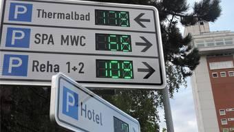 Anzeigetafeln weisen den Automobilisten die freien Parkplätze zu. dws