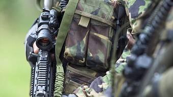 Soldat hält seine Waffe in der Hand (Archiv)