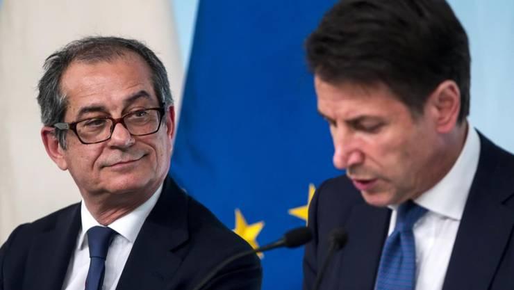 Die italienische Regierung muss ihre Wachstumsprognosen senken. Im Bild Wirtschaftsminister Giovanni Tria (L) und Regierungschef Giuseppe Conte diese Woche an einer Pressekonferenz.