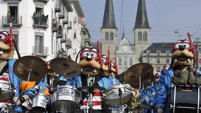 Der Fasnachts-Umzug in Luzern zieht 25'000 Menschen an