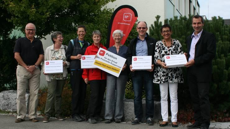 SP-Mitglieder und Symphatisanten übergeben die gesammelten Unterschriften an den Gemeindeschreiber.