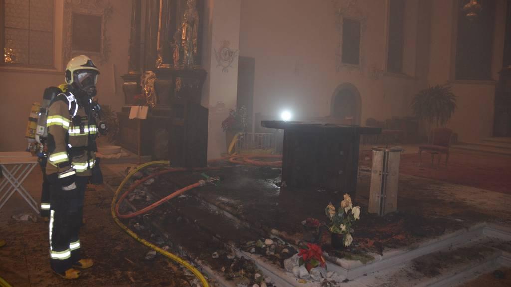 Krippe in Kirche fängt Feuer – Grosseinsatz der Feuerwehr