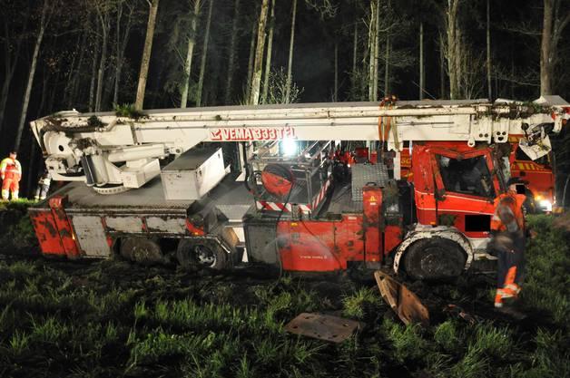 Wieder auf den «Beinen»: Das Feuerwehr-Fahrzeug nahm beim Sturz grösseren Schaden.