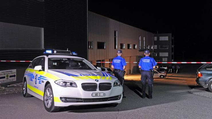 Bei der Verhaftung eines Einbrechers gab ein Polizist einen gezielten Schuss ab, als der Mann eine Waffe aus der Tasche zog.