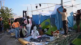 Tausende Migranten haben auf der griechischen Insel Lesbos eine weitere Nacht im Freien verbracht. Mit dem ersten Tageslicht seien  aber 550 weitere Flüchtlinge in ein provisorisches Zeltlager eingezogen.