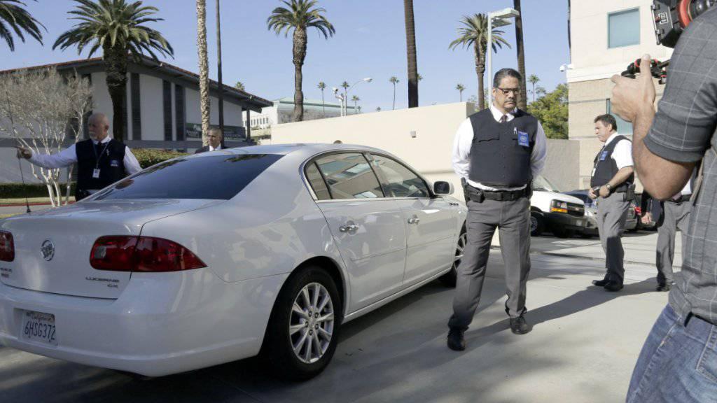 Der beschuldigte 24-jährige Freund des Attentäters von San Bernardino wird unter Sicherheitsvorkehrungen zum Gericht gebracht.