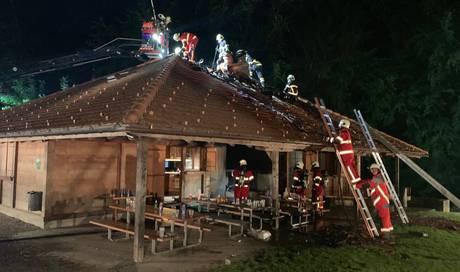 Waldhütte gerät bei Fest in Brand – fünf junge Personen im Spital