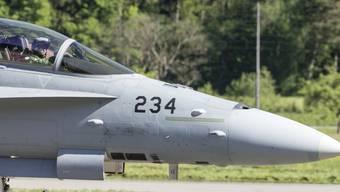 Die Räte sind einverstanden: Mit 450 Millionen Franken soll die Lebensdauer der F/A-18-Kampfjets verlängert werden. (Archivbild)
