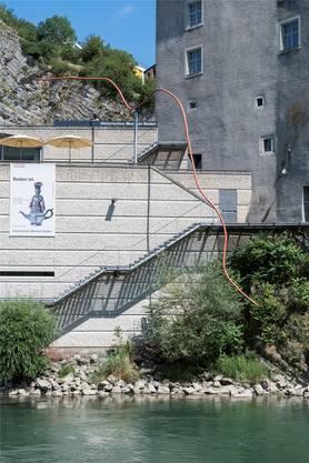 Das orange Stahlrohr war 1993 der künstlerische Beitrag an den Neubau des Historischen Museums.