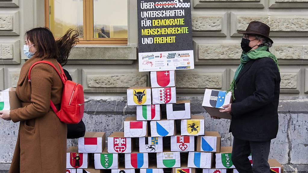 Zusammen 142'800 Unterschriften: Zwei Komitees haben am Donnerstag ihre Referenden gegen das Bundesgesetz über polizeiliche Massnahmen gegen Terrorismus eingereicht.
