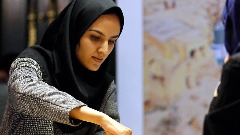 Denksportlerinnen: Die Iranische Schachspielerin Mitra Hejazipour ist am Zug - für Musliminnen stellt Nike künftig ein Sport-Kopftuch her. (Archivbild)
