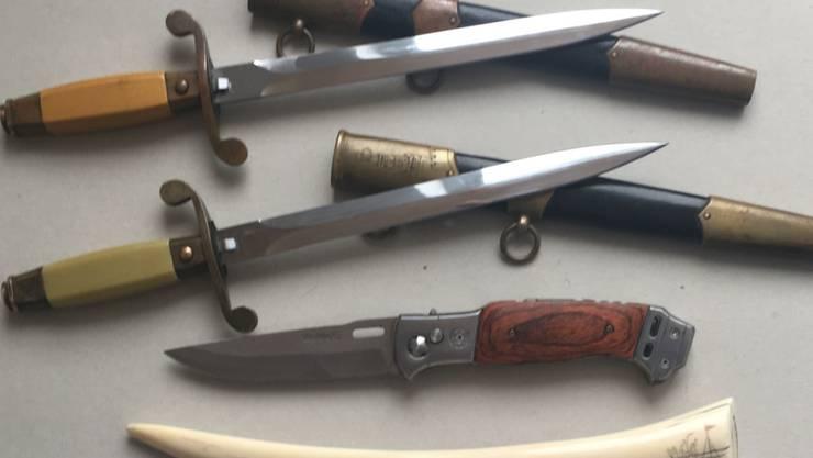 Die beschlagnahmten Dolche und der Walrosszahn aus Elfenbein sowie ein weiteres Messer, das ebenfalls konfisziert wurde.