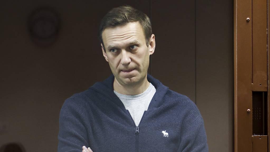 ARCHIV - Der russische Oppositionspolitiker Alexej Nawalny steht hinter einer Glasscheibe während einer Anhörung vor dem Bezirksgericht in Moskau. Foto: -/Babuskinsky District Court/AP/dpa - ACHTUNG: Nur zur redaktionellen Verwendung im Zusammenhang mit der aktuellen Berichterstattung und nur mit vollständiger Nennung des vorstehenden Credits