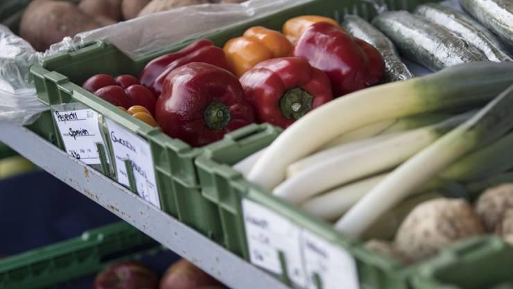 Ein Hofladen bietet frisches Biogemüse und Biofrüchte an - rund 7100 Betriebe arbeiten aktuell nach den Richtlinien von Bio Suisse. (Archiv)
