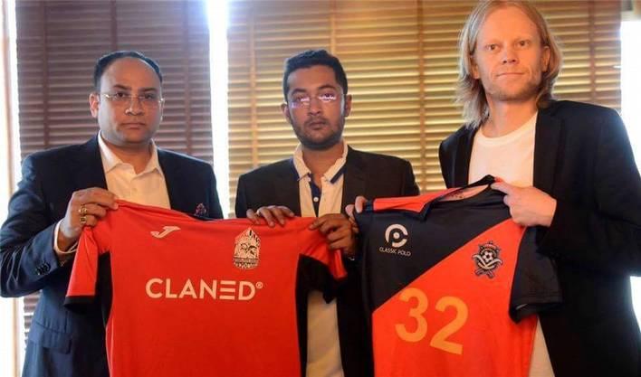 Mikko Perälä (rechts) und Rohit Ramesh (Mitte) verkündeten vor zwei Jahren eine Partnerschaft ihrer Vereine. Jetzt warnt der Finne den FC Basel.