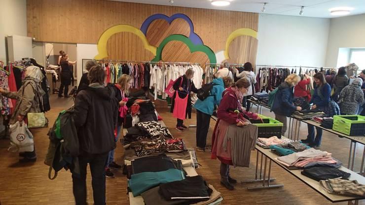 Rege Nachfrage nach Frauenkleidern