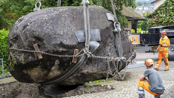 Seit 1981 liegt der zirka 120 Tonnen schwere Findling neben dem alten Schulhaus in Seengen.