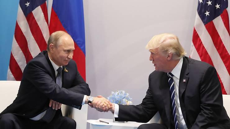 Seit diesem Treffen am Rande des G20-Gipfels in Hamburg kamen Putin (l) und Trump nicht mehr zusammen. (Archiv)