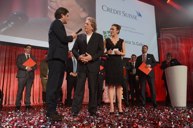 Die Preisverleihung des Prix SVC Nordschweiz (von links nach rechts: Dani von Wattenwyl (Moderator), Klaus R.List (Verwaltungsratspräsident der List AG und Preisträger) und Eva Nidecker (Moderatorin))