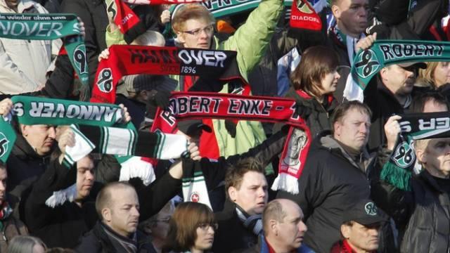 Fans von Hannover 96 an der Trauerfeier für Robert Enke