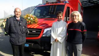 Kommandant Kurt Schneeberger mit Pastoralraumleiterin Andrea Allemann und der Fahrzeugpatin Madeleine Rütti.