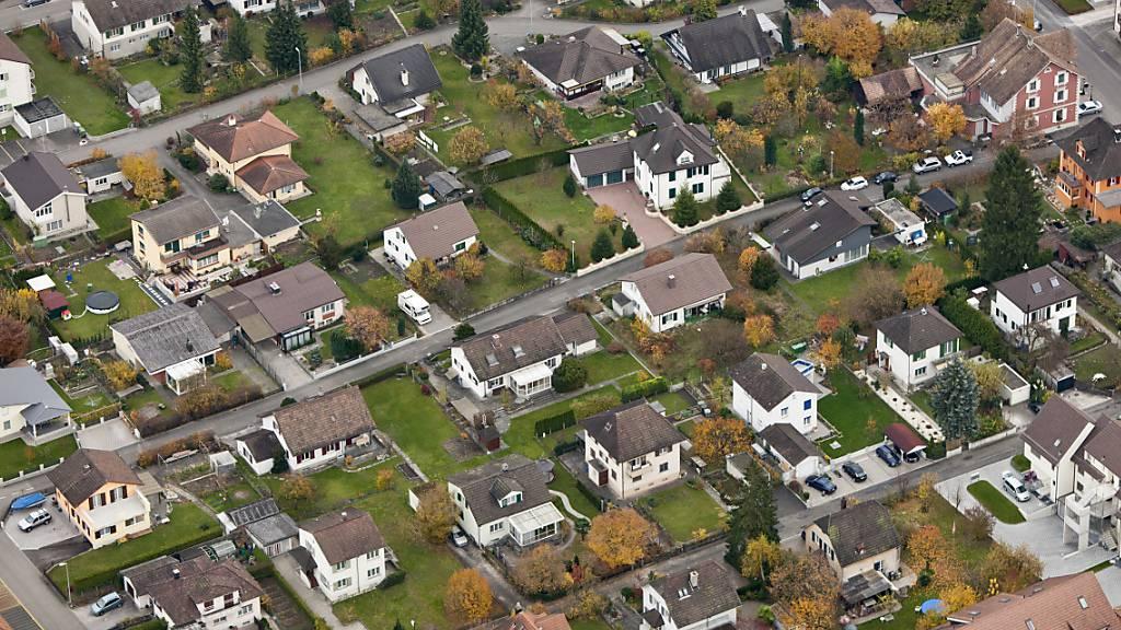 Die Angebote an Einfamilienhäusern bleiben rar und die Preise klettern nach oben. (Archiv)
