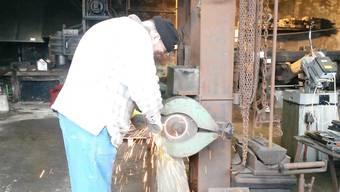 Ein Mann bei der Arbeit in der Seenger Hammerschmiede.