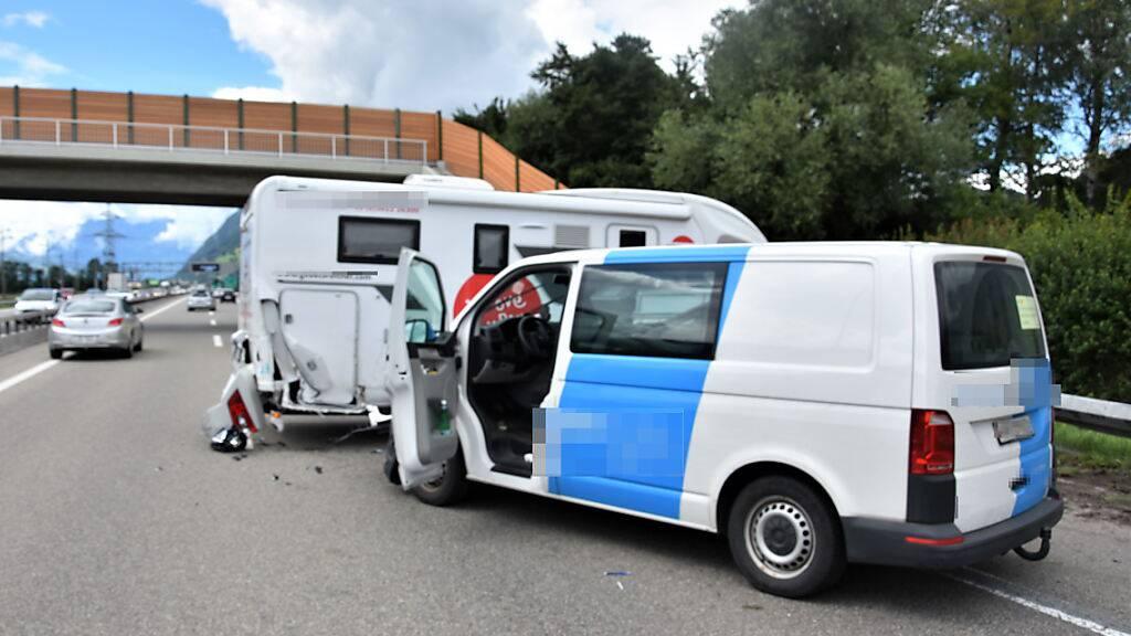 Bei einer Kollision zwischen einem Lieferwagen und einem Wohnmobil wurden am Freitagnachmittag auf der Autobahn N13 Richtung Sargans beide Fahrer unbestimmt verletzt.
