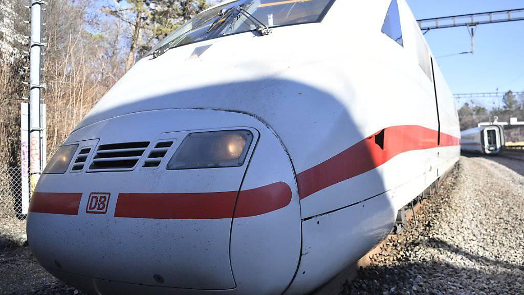 Ein Vater hat sich in Hamburg aussen an einen abfahrenden ICE-Zug geklammert, in dem sich seine Kinder befanden. (Themenbild)