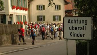 125 Wanderer gehen dem Flösserweg entlang ins Fricktal