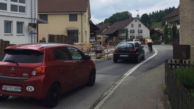 Praktisch durch das ganze Dorf Ammerswil herrschen derzeit enge Platzverhältnisse.