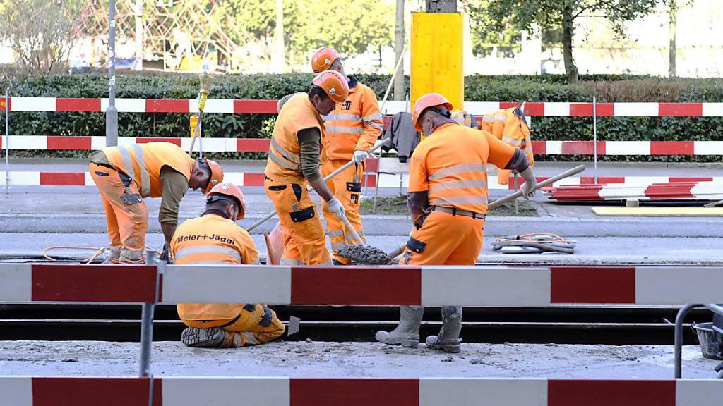 Bauarbeiter verrichten Gleisarbeiten auf der Stauffacherstrasse am 12. Maerz 2017, in Zuerich. (KEYSTONE/Petra Orosz)