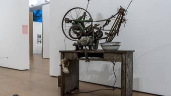 """1960 schuf Jean Tinguely in der Impasse Ronsin unter anderem das Werk """"Le soulier de Madame Lacasse"""", bei dem er mit Yves Klein zusammenarbeitete."""