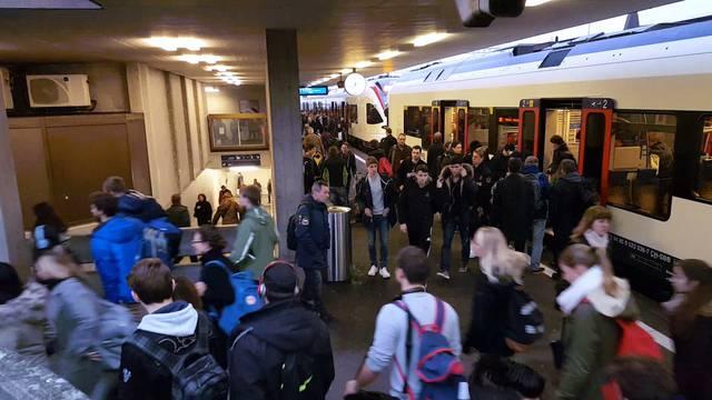 Die morgendlichen Menschenströme am Bahnhof Lenzburg.