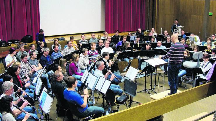 Gemeinsame Probe: Unter der Leitung von Marco Nussbaumer setzen sich die Musikantinnen und Musikanten des Mümliswiler und des Wolfwiler Vereins mit der Komposition auseinander. (Stefan Müller)