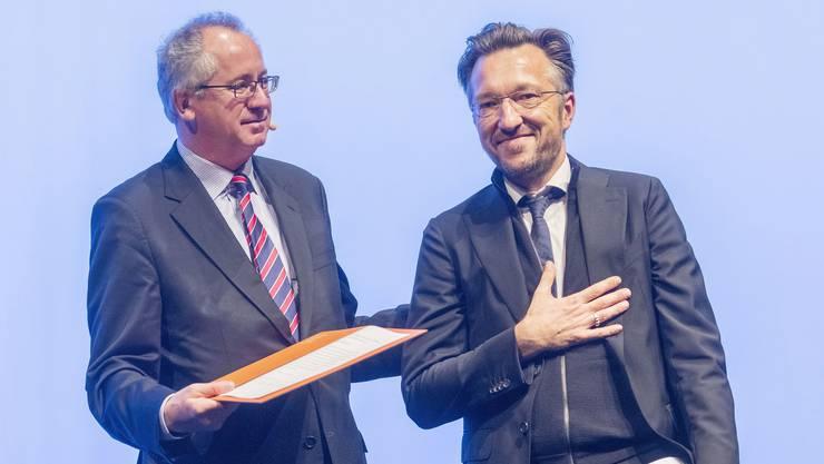 Lukas Bärfuss nimmt von Ernst Osterkamp, dem Präsidenten der Akademie für Sprache und Dichtung, die Büchnerpreis-Urkunde entgegen.